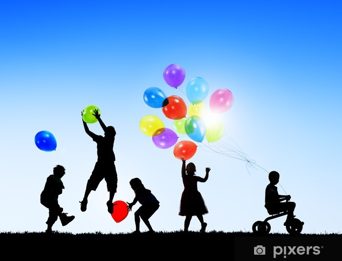 Pixerstick Dekor Silhuetter av Glada barn som leker ballonger Utomhus - Grupper och folkmassor