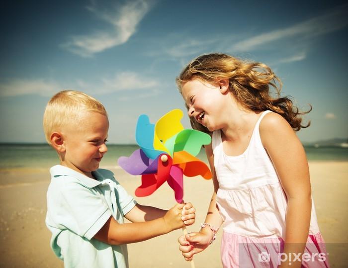Vinilo Pixerstick Hermano y hermana que se divierten en la playa - Felicidad