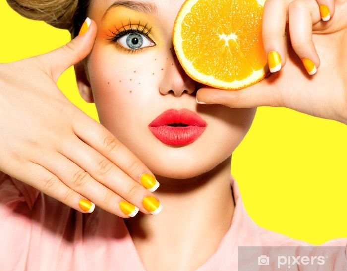 Fototapeta winylowa Teen Dziewczyna z piegami, czerwony fryzura, makijaż i paznokcie żółty - Kobiety