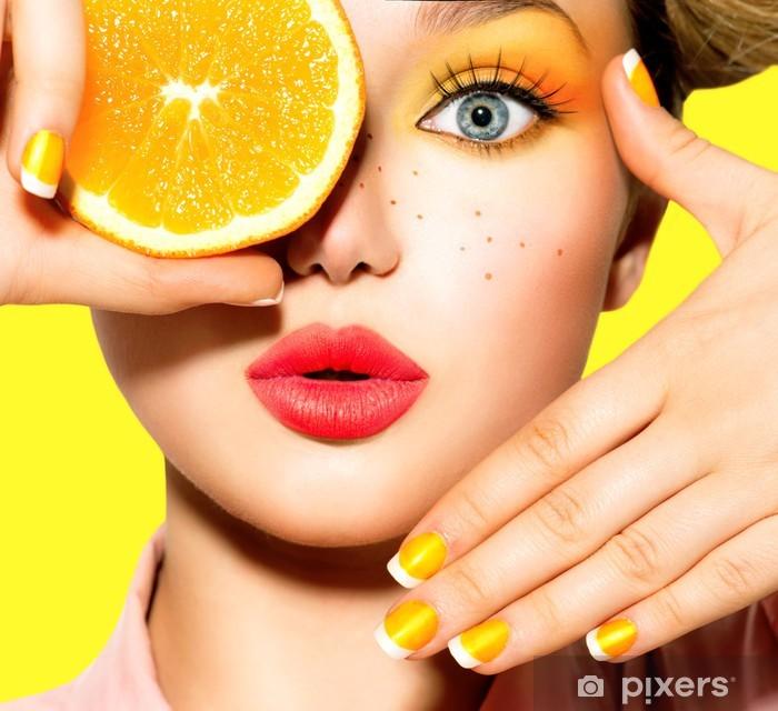 Nálepka Pixerstick Dospívající dívka s pihami, červený účes, make-up žluté a nehty - Náctiletí