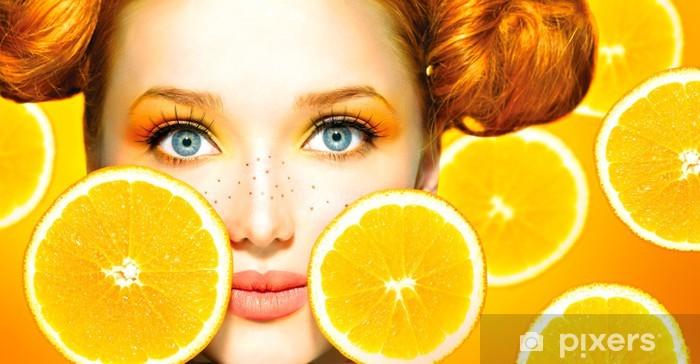 Naklejka Pixerstick Uroda model dziewczyny z soczystych pomarańczy. Piegi - Posiłki