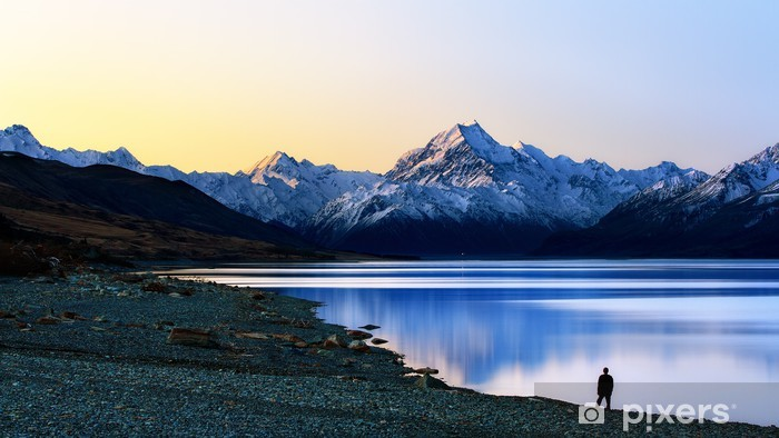 Papier peint vinyle Un homme debout face à la montagne - Montagne
