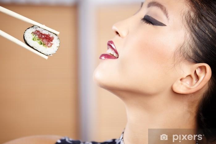 Vinylová fototapeta Krásná asijské žena jíst sushi s hůlkami - Vinylová fototapeta