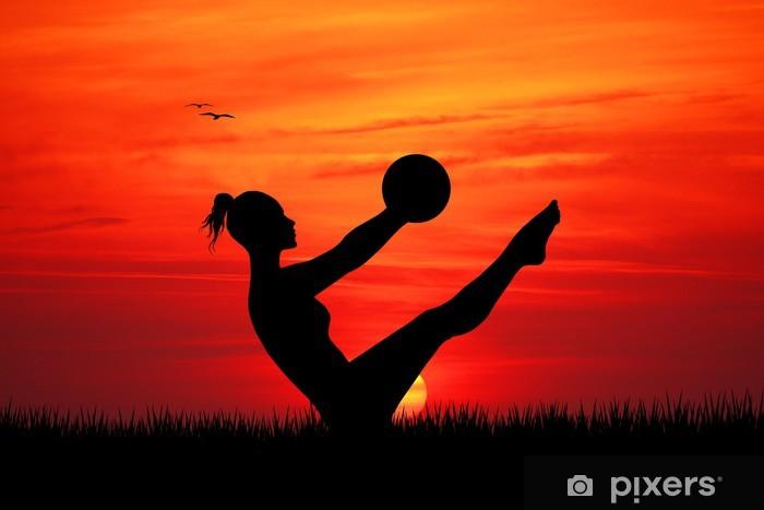 Fototapeta winylowa Pilates na zachodzie słońca -