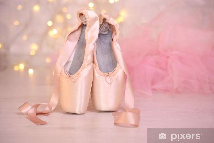 Naklejka na szafę Balet pointe buty na podłodze na tle bokeh - Balet