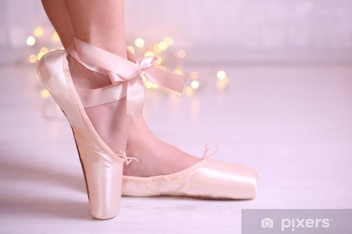Naklejka Pixerstick Baleriny w pointe buty w sali tanecznej - iStaging