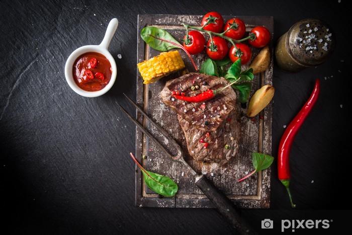 Fototapeta winylowa Stek wołowy na drewnianym stole - Przyprawy i zioła