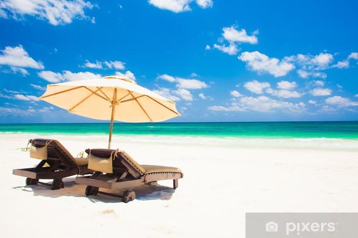 Strandstoel En Parasol.Fotobehang Vinyl Twee Strandstoelen En Parasol Op Zand Strand Vakantie