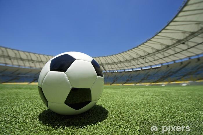 Fotomural Estándar Balón de fútbol de fútbol de hierba verde de tono -  América 5694554250cc5