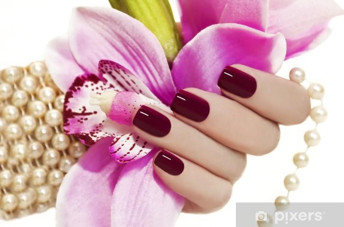 Fototapeta winylowa Burgundia manicure. - Uroda i pielęgnacja ciała