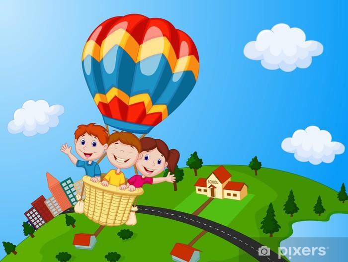 Sticker Pixerstick Des enfants heureux d'équitation un ballon à air chaud - Enfants