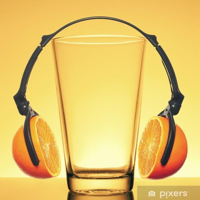 Fototapeta winylowa Słuchawki wykonane z pomarańczowymi plasterki i szkła - Soki