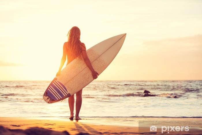 Vinilo Pixerstick Surfer Girl en la playa al atardecer - Vacaciones
