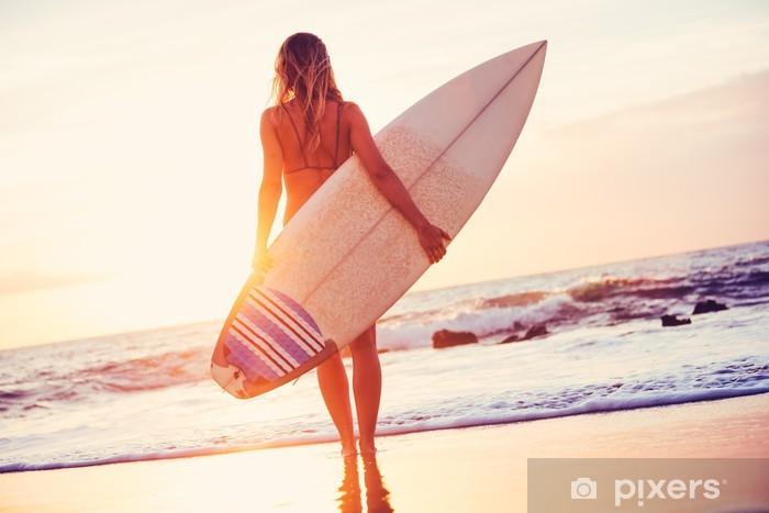 Papier peint vinyle Surfer Girl sur la plage au coucher du soleil - Santé
