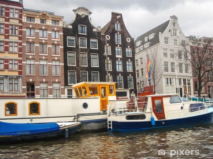 Fototapeta winylowa Łodzie na kanał w Amsterdamie. Holandia - Miasta europejskie