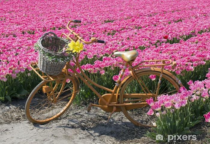 Papier peint vinyle Vélo dans un champ de fleurs - Villes européennes