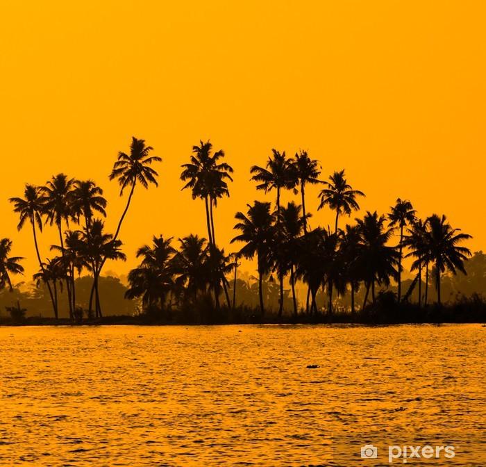 Plakat Sylwetka palmy kokosowe na złotym tropikalnych słońca, Kerala - Palmy