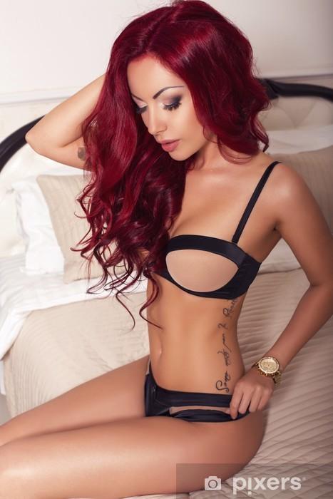 Pixerstick Sticker Sexy vrouw met rood haar in lingerie op slaapkamer - Lingerie