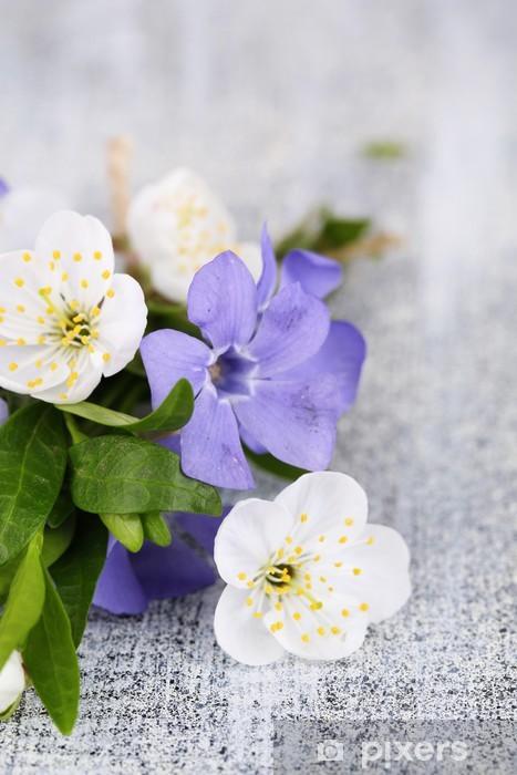 Naklejka Pixerstick Barwinek piękny bukiet z kwiatów na drewnianym stole - Owoce