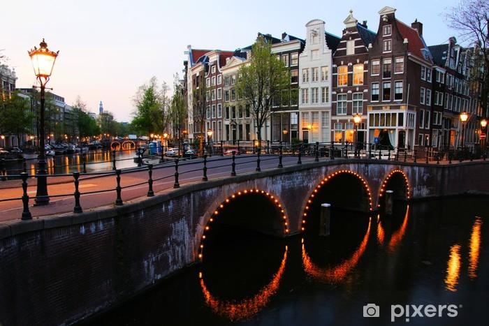 Fototapeta winylowa Kanały Amsterdam oświetlone na zmierzchu, Holandia - Miasta europejskie