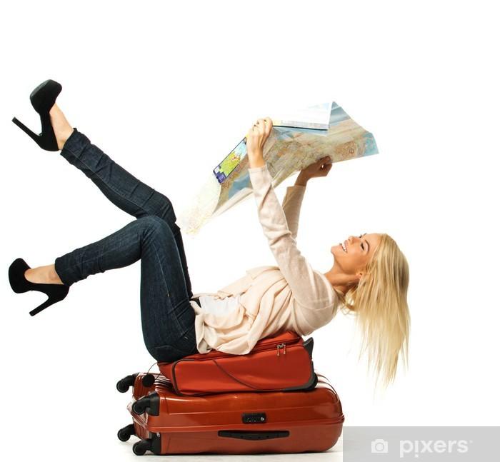Fotomural Estándar Mujer rubia que miente en una maleta con el mapa - Vacaciones