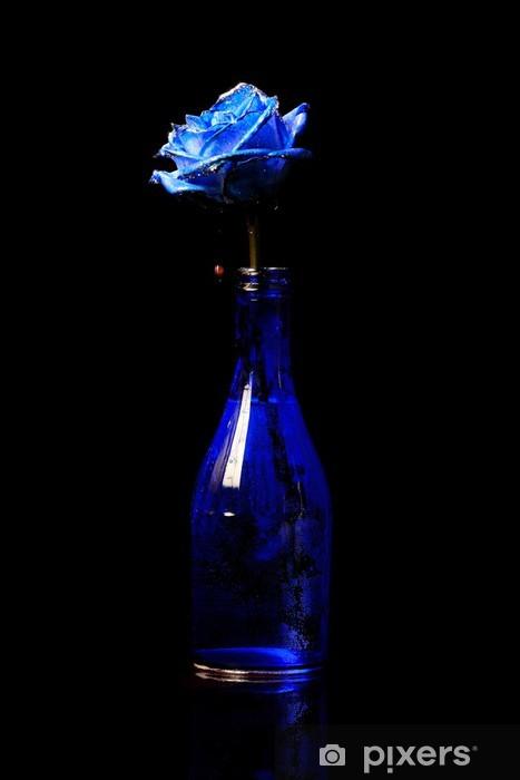 99dde2adc Vinilo Pixerstick Rosa azul en un florero azul sobre fondo negro - Flores