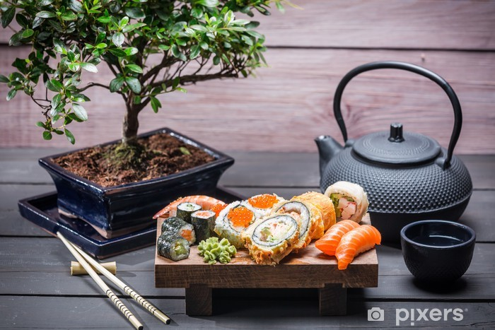 Papier peint vinyle Sushi servi sur une planche de bois avec du thé - Sushi