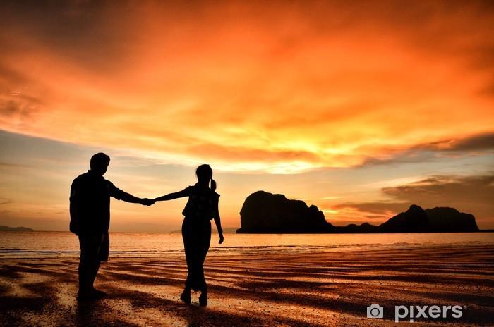 Pixerstick Sticker Romantisch koppel hand in hand bij zonsondergang op het strand - Vakantie