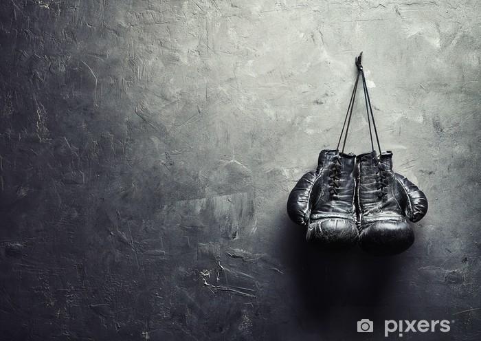 Vanhat nyrkkeilyhanskat ripustetaan naulaan tekstuurin seinälle Vinyyli valokuvatapetti -