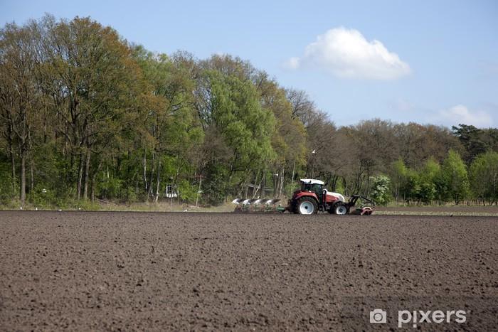 Sticker Pixerstick Rouge tracteur travaillant dans le domaine - Autres