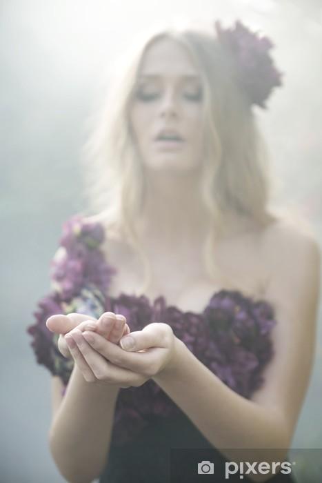 Fototapeta winylowa Cudowna blond kobieta ubrana w kwieciste ubrania - Kobiety