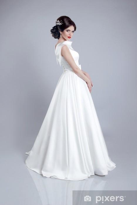 Grijze Trouwjurk.Fotobehang Modieuze Bruid Model In Trouwjurk Die Op Grijze Achte