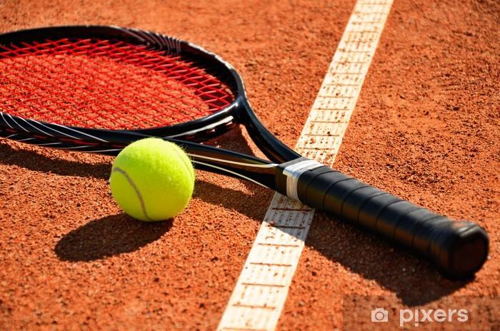 Fototapeta winylowa Piłki tenisowe i rakieta na sąd jest dywan - Tenis