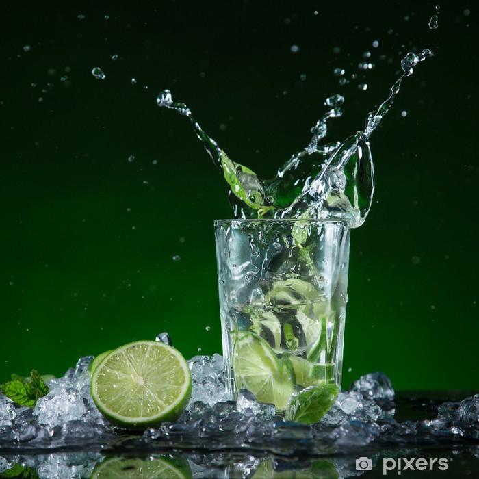 Poster Frische Mojito Cocktail in freeze motion Spritzwasser - Gerichte