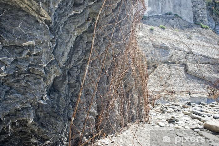 Vinyl-Fototapete Metallgitter auf den Felsen, um einen Zusammenbruch in Cinque Terre zu verhindern - Stadt