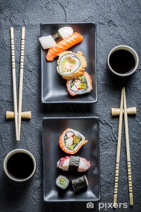 Papier peint vinyle Sushi pour deux servi sur la pierre noire - Sushi