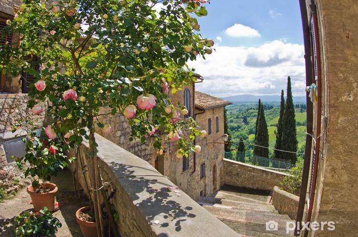 Papier peint vinyle Roses sur le balcon, paysage urbain de San Gimignano, en Toscane paysage - Thèmes