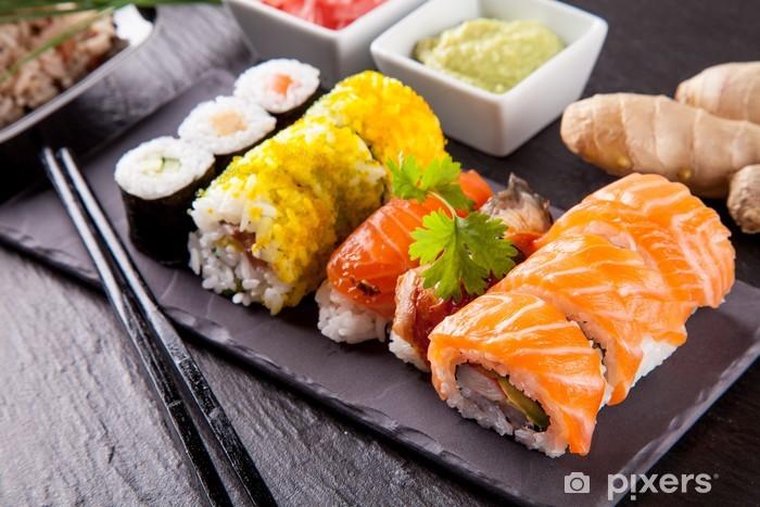 Naklejka Pixerstick Pyszne kawałki sushi serwowane na czarnym kamieniu - Sushi