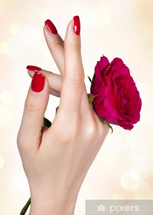 Vinyl-Fototapete Rote Maniküre auf die Hand einer Frau mit roten Rosen. - Bereich