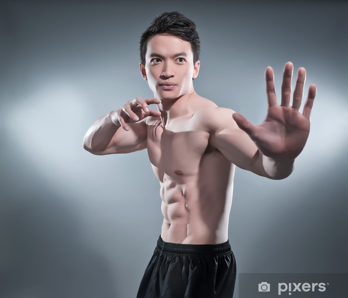 Poster Gespierde asian kung fu man in actie vormen. Bloed strepen op zijn c - Vechtsporten
