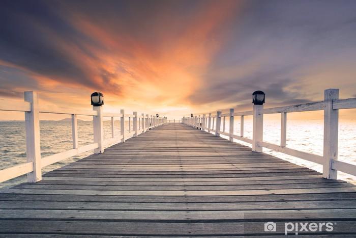 Fototapeta winylowa Stare drewniane molo z bridg nikt przeciwko piękne mroczne niebo użytkowania - Tematy