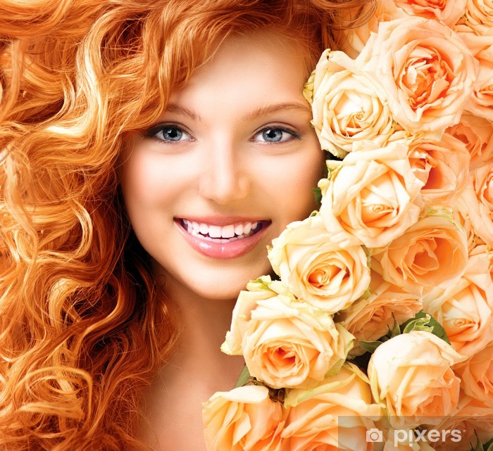 Fotomural Estándar Chica con el pelo largo y rizado de color rojo y rosas hermosas - Mujeres