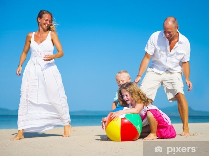 Fototapeta winylowa Rodzina gry na plaży - Wakacje