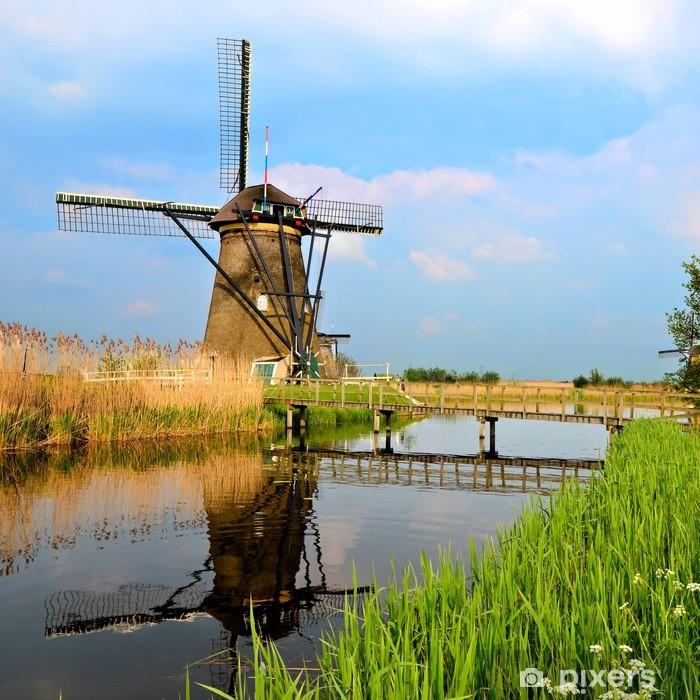Fototapeta winylowa Holenderski wiatrak z odbicia kanału w Kinderdijk, Holandia - Europa