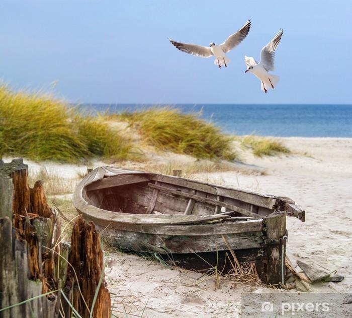 Vinilo Pixerstick Viejo barco de pesca, gaviotas, playa y mar - Barcos y yates