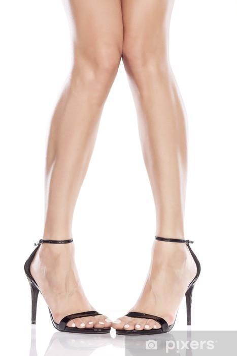 6701ef6be149 Smukke kvindelige ben i elegante sandaler med høje hæle Vinyl fototapet