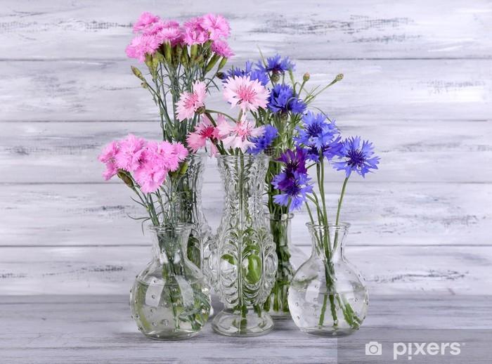 Nálepka Pixerstick Krásné letní květiny ve vázách na šedém pozadí dřevěný - Květiny