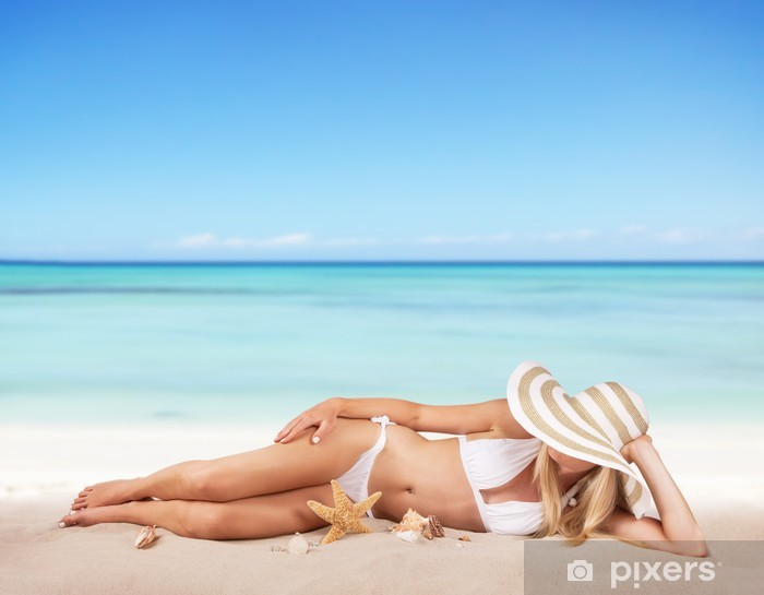 0bfd9b3ff8a31d Vinyl Fotobehang Jonge vrouw die ontspannen op het strand - Team sport