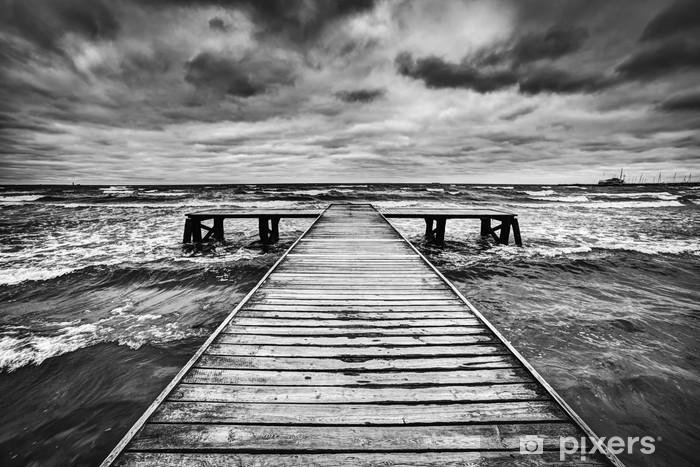 Pixerstick Sticker Oude houten steiger tijdens storm op zee. Dramatische hemel -