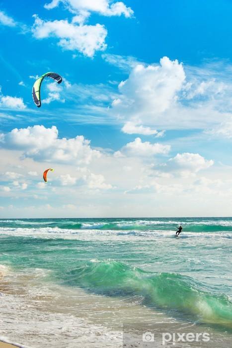 Papier peint lavable Kite surf. Kitesurfers manèges les vagues contre le ciel. - Sports aquatiques